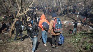 Migrantes cerca de la frontera entre Turquía y Grecia