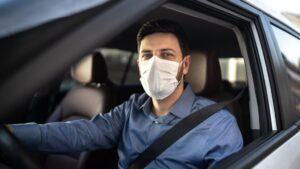 Conductor con mascarilla. coronavirus coches