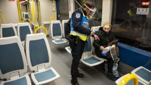 Vigilancia policial en el metro de Oporto portugal coronavirus