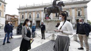 Manifestantes reclamen la reanudación de la actividad económica frente al Ayuntamiento de Roma italia coronavirus