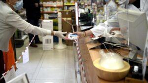 Un farmacéutico se coloca una de las siete millones de mascarillas FFP2 modelo KN95