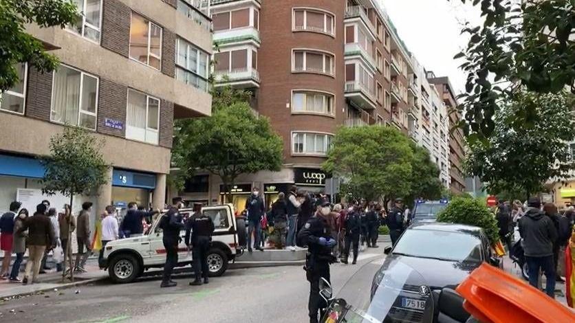 Los vecinos de la zona de Núñez de Balboa (Madrid) vuelven a reclamar en la calle la dimisión de Pedro Sánchez