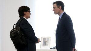 El ministro de Sanidad conversa con el presidente del Gobierno, Pedro Sánchez, a su llegada al Comité técnico para la Desescalada, en Moncloa, en Madrid (España), a 15 de mayo de 2020.