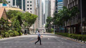 Una calle casi desierta en Singapur coronavirus