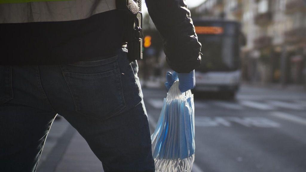 Un agente de la Policía Nacional se prepara para repartir mascarillas en Pamplona coronavirus