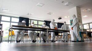 Empleados con trajes de protección en una escuela secundaria de Muenster-Wolbeck coronavirus