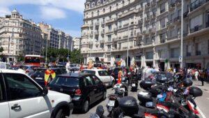 Personas y coches concentrados en la plaza Francesc Macià de Barcelona por la manifestación en coche de Vox