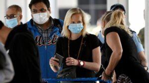 Pasajeros esperan en un aeropuerto de India para embarcar. coronavirus