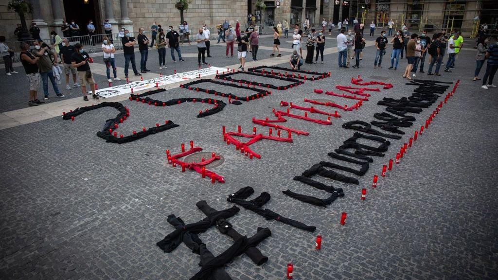 Trabajadores de Nissan escriben un mensaje con velas en Barcelona