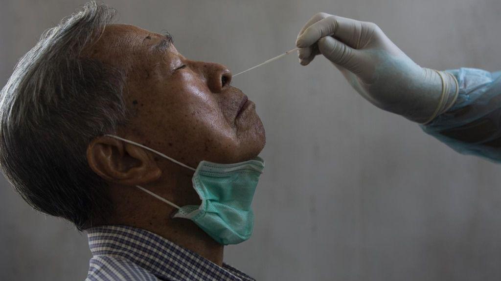 Un médico toma una muestra de un paciente para saber si tiene coronavirus.