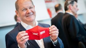 El ministro de Finanzas, Olaf Scholz, sostiene una mascarilla
