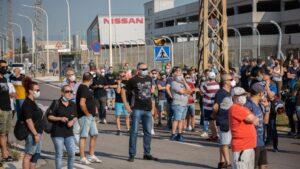 Trabajadores de la planta de producción de Nissan en Barcelona se concentran en el exterior de la fábrica en la Zona Franca
