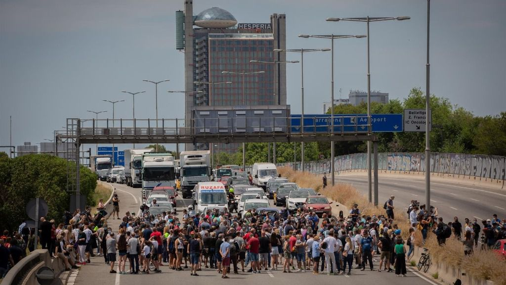 Unos 200 trabajadores de Nissan cortan unos minutos la Gran Via en L'Hospitalet de Llobregat