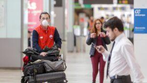 Pasajeros y trabajadores en el aeropuerto Adolfo Suarez-Madrid Barajas