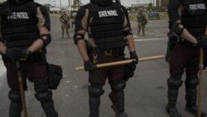 Imagen de varios policías en las protestas originadas en Mineápolis