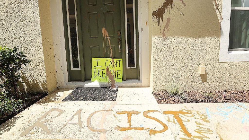 """La palabra """"racista"""" escrita en la puerta de la casa del exagente de Policía de Mineápolis Derek Chauvin"""