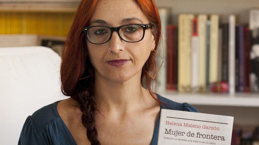 La activista y defensora de los derechos humanos, Helena Maleno, con su libro 'Mujer de Frontera'