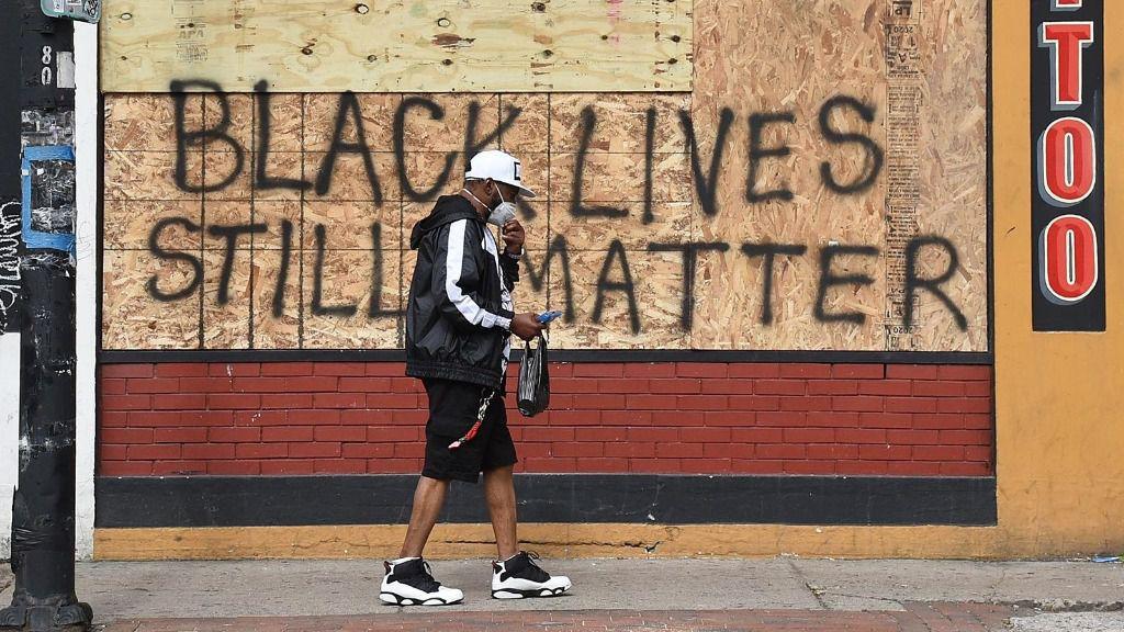 Imagen de un grafiti con la frase 'Las vidas de los negros todavía importan' en EEUU.