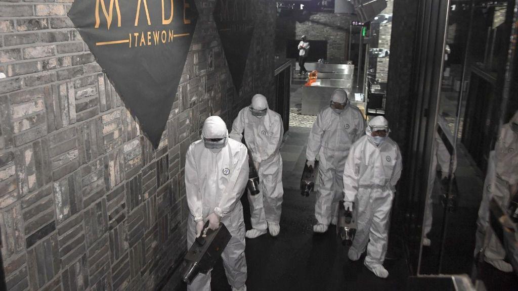 Desinfección en una discoteca de Seúl