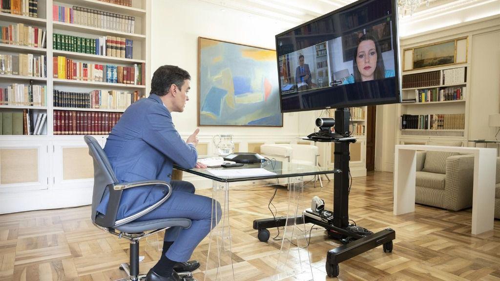 El presidente del Gobierno, Pedro Sánchez, durante una videoconferencia con la líder de Ciudadanos, Inés Arrimadas