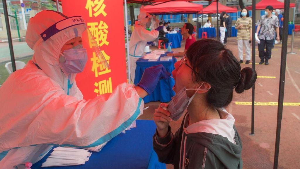 Realización del test de COVID-19 en Wuhan