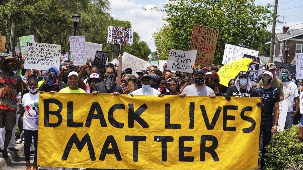 testas en Tampa, Estados Unidos, contra la brutalidad policial después de la muerte del afroamericano George Floyd
