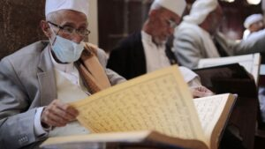 Un hombre con mascarilla reza en Saná yemen coronavirus