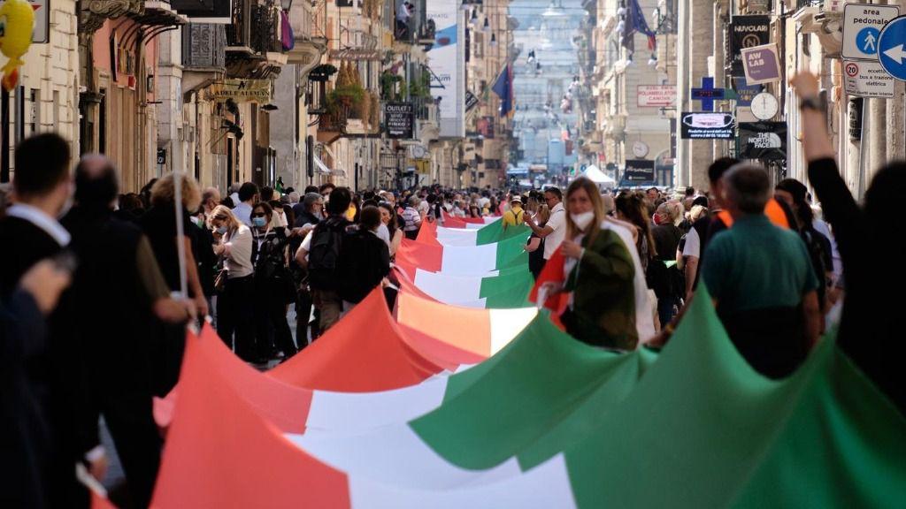 Bandera gigante en la vía del Corso en Roma durante la protesta antigubernamental convocada por la oposición italia coronavirus