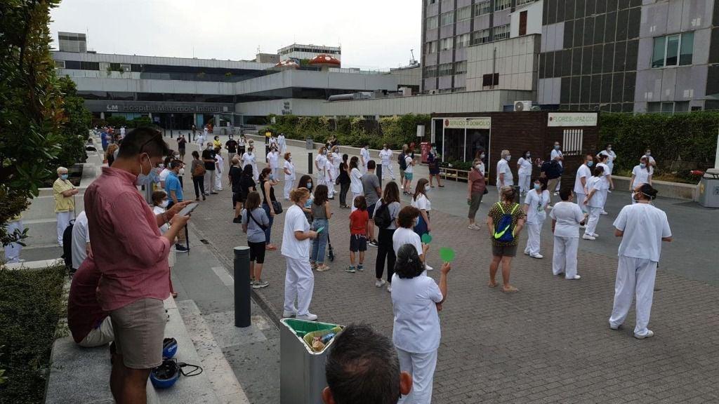 Concentración de sanitarios en el Hospital de La Paz