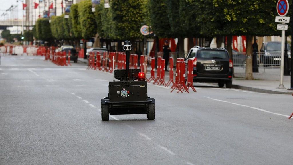 Un robot policial vigila el cumplimiento de las medidas en Túnez