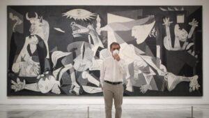 El director del Museo Nacional Centro de Arte Reina Sofía, Manuel Borja-Villel, posa junto al cuadro de Pablo Picasso 'Guernica'