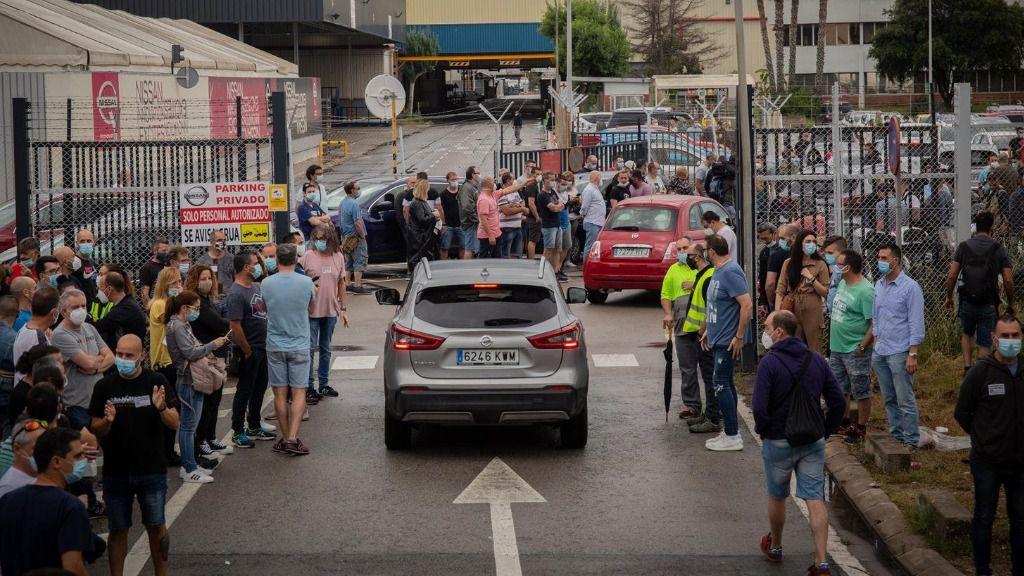 Marcha lenta de vehículos de los trabajadores de Nissan desde la planta de la Zona Franca