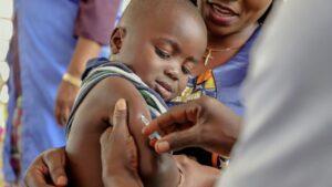 Vacunación de un niño contra el sarampión en República Democrática del Congo