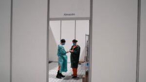 Dos trabajadores sanitarios hablan en las instalaciones del hospital de campaña instalado en IFEMA coronavirus