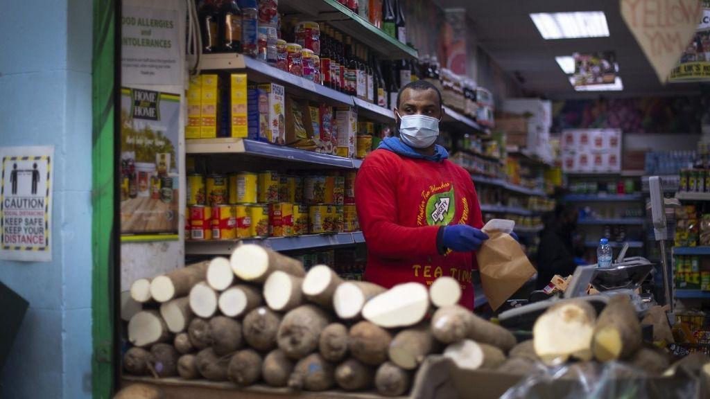Vendedor con mascarilla en un mercado de Londres