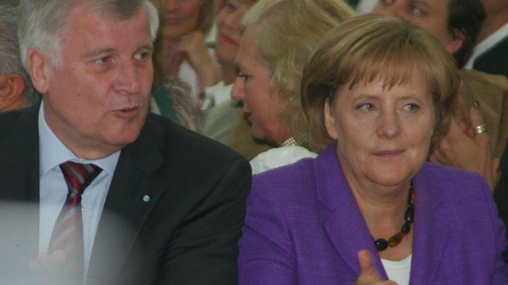 Horst Seehofer junto a Angela Merkel