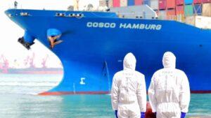 Un barco zarpa del puerto de Qingdao