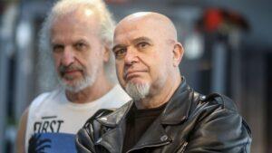 El vocalista y guitarrista, Carlos Castro (2i), posa para Europa Press con motivo de la despedida de la carrera musical de la banda Barón Rojo.