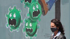 Una mujer en una calle de Irlanda. coronavirus