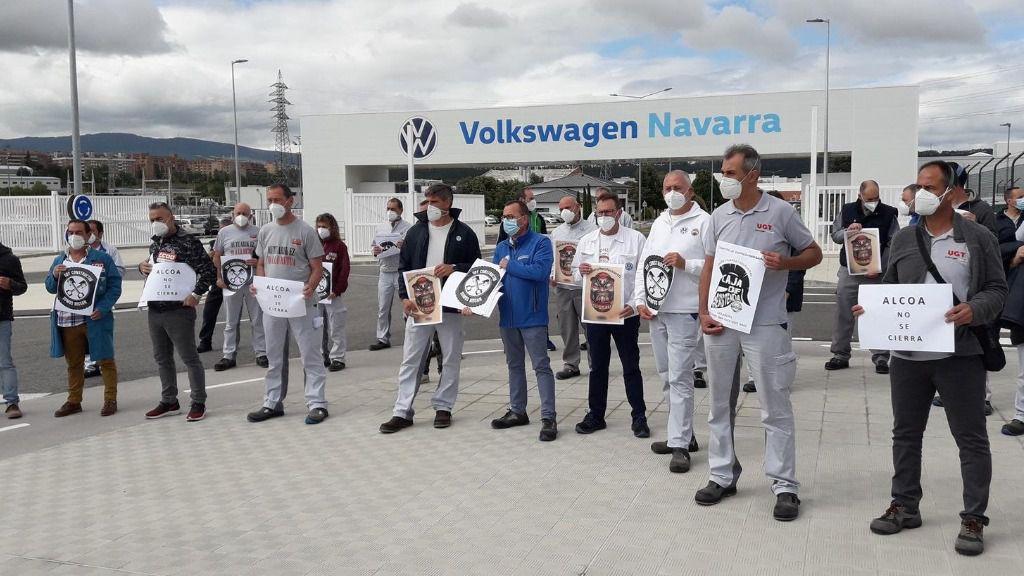 El comité de empresa de Volkswagen Navarra se concentra en apoyo de los trabajadores de Nissan y Alcoa.