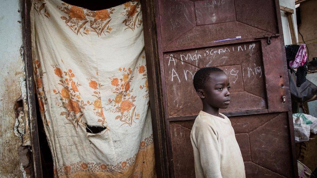 Un niño desplazado por la violencia en Camerún