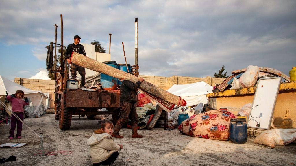 Sirios que escapan de la violencia en el sur de la provincia de Idlib, Siria, cargan una camioneta el 27 de diciembre de 2019