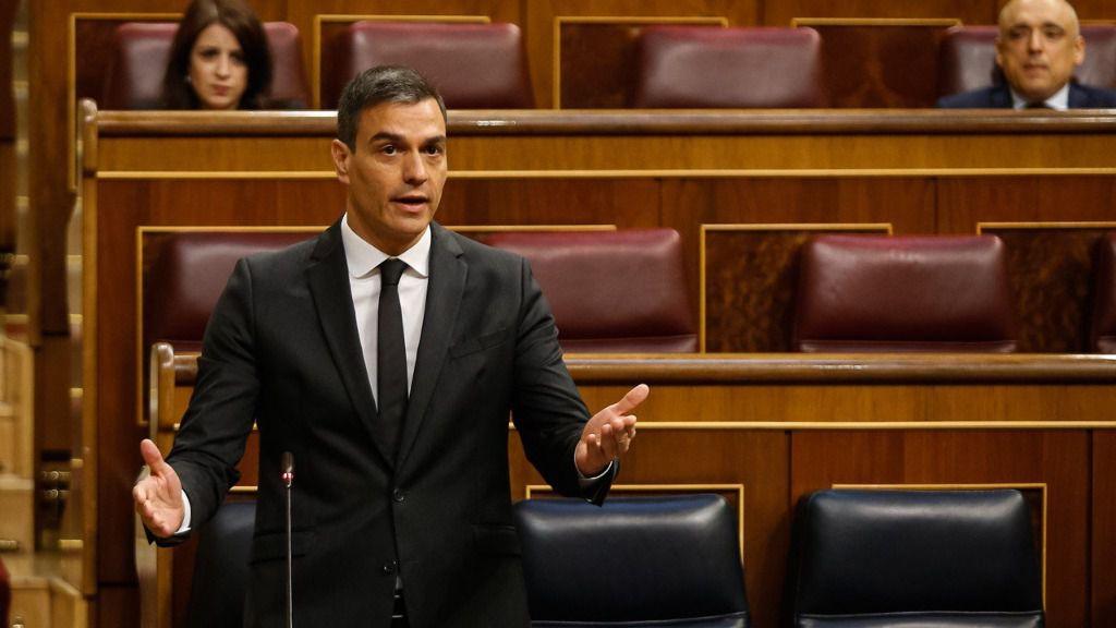 El presidente del Gobierno, Pedro Sánchez responde a la pregunta del líder del G.P. Popular, Pablo Casado, en la sesión de control.