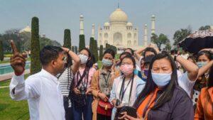 Turistas con mascarillas en una visita al Taj Mahal