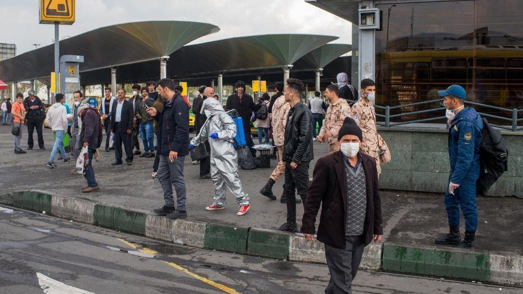Personas con mascarillas y equipos de desinfección en Teherán