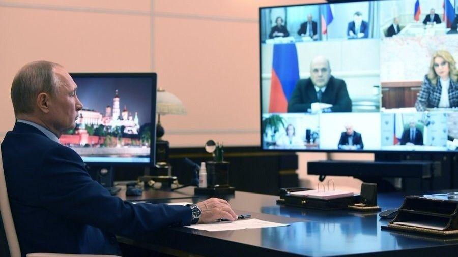 Vladimir Putin en una videoconferencia con el primer ministro y otros altos cargos del Gobierno ruso rusia coronavirus
