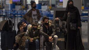 Migrantes y refugiado esperan para embarcar en Atenas rumbo a Londres