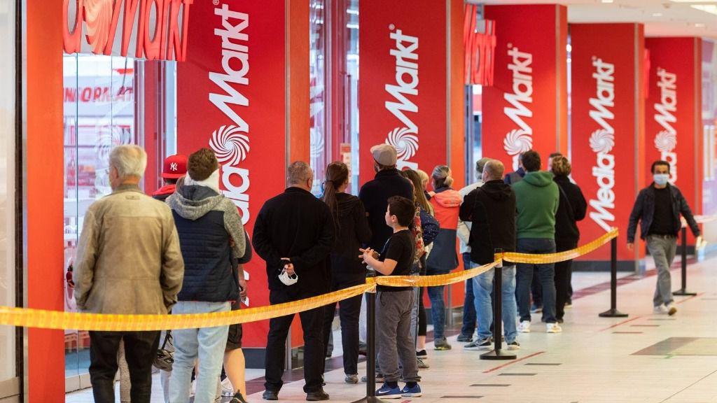 Colas tras la reapertura de centros comerciales en Alemania coronavirus