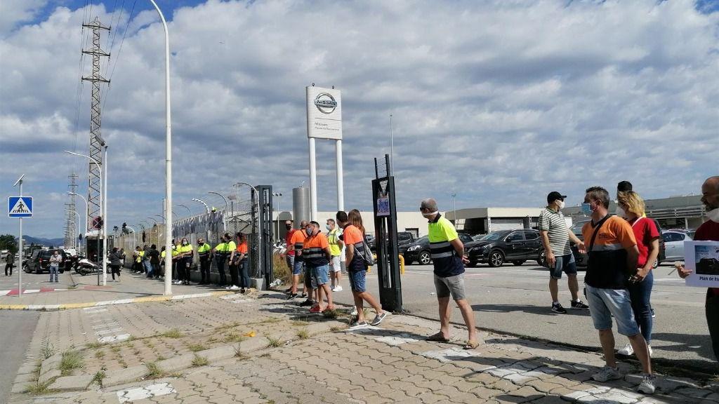 Los trabajadores de las empresas auxiliares de Nissan rodean la planta de la Zona Franca de Barcelona, el viernes 12 de junio de 2020.