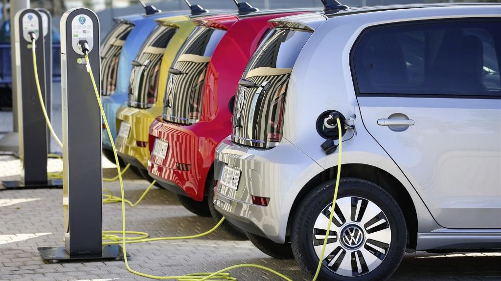 Vehículos eléctricos cargando